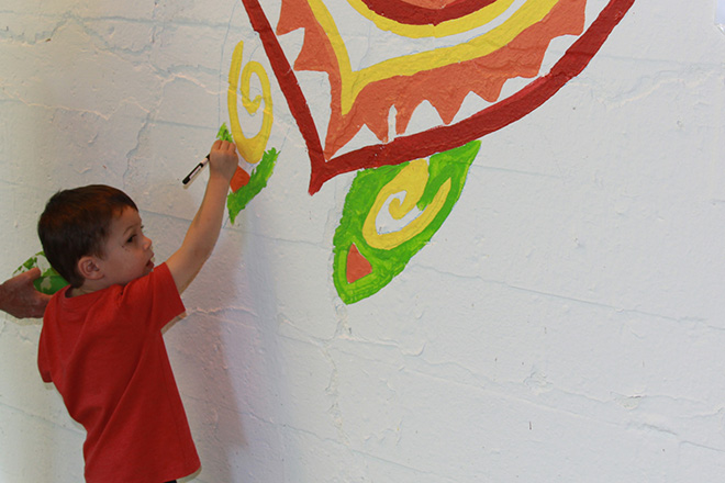 Tony Passero Coloribbean Mural in Rogers Park Chicago Day 2 Neighborhood child Rory splashing some color